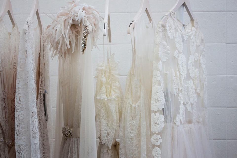 علامة أزياء تتكفل بفساتين زفاف للعرائس من الممرضات والطبيبات