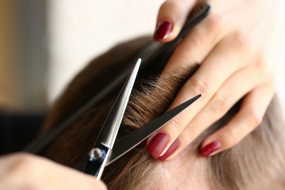 نصائح مهمة لقص شعرك في المنزل يقدمها لك خبراء الشعر