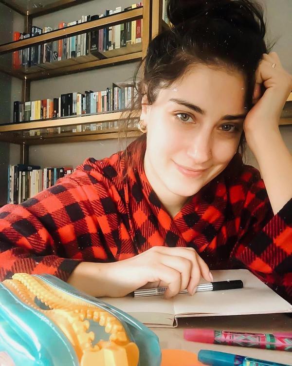 هازال كايا تتحدث عن حياتها في العزل المنزلي في لقاء فيديو