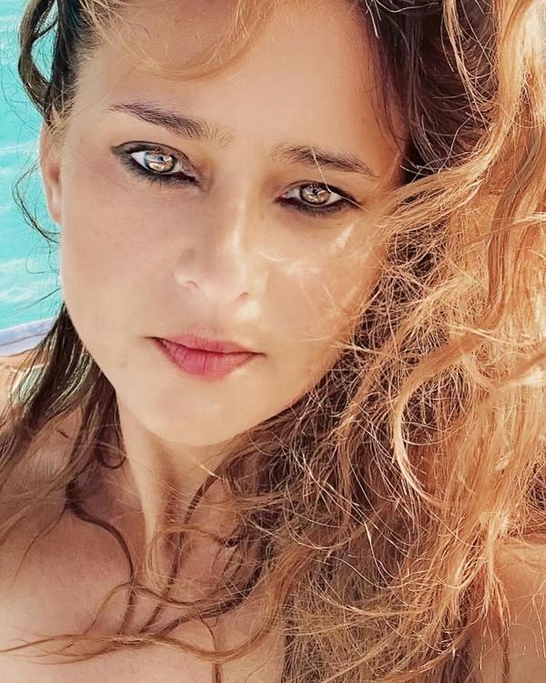 بإطلالة بحرية تعلن نيللي كريم عن خطوبتها