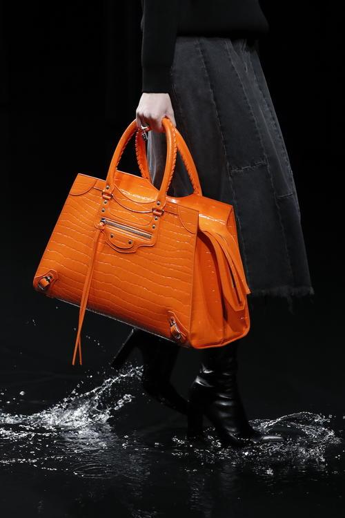تعرفوا إلى النسخة المحدثة من حقيبة بالنسياغا المفضلة لديكم