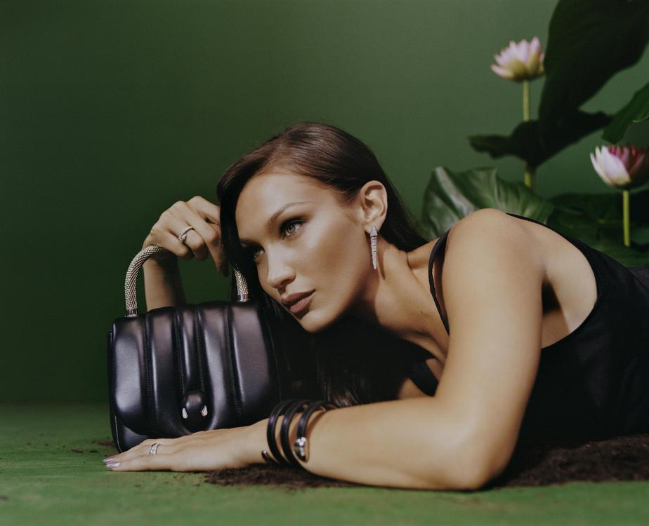 بيلا حديد تتصدر الحملة الإعلانيّة للمجموعة الجديدة من حقائب بولغاري