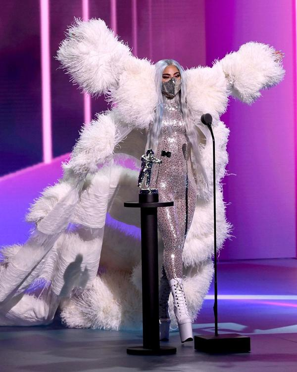 ليدي غاغا تأخذ احتياطاتها الكاملة من فيروس كورونا على المسرح في حفل إم تي في