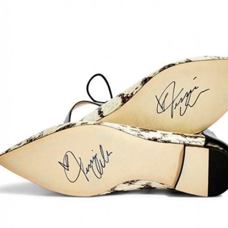 احصلي الآن على حذاء جيسيكا ألبا من Jimmy Choo