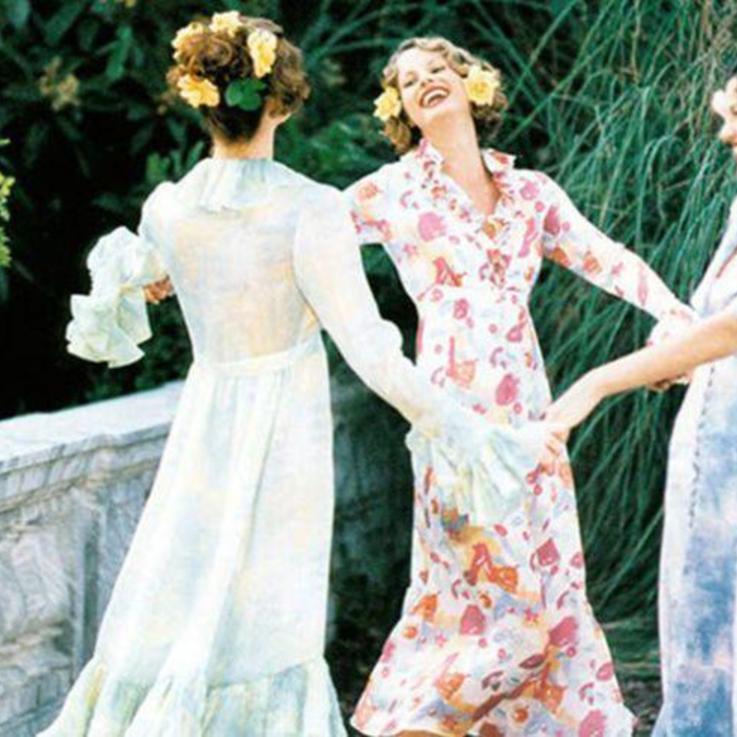 ما الذي يجدر بكِ ارتداؤه إلى حفلة زفاف ربيعي؟