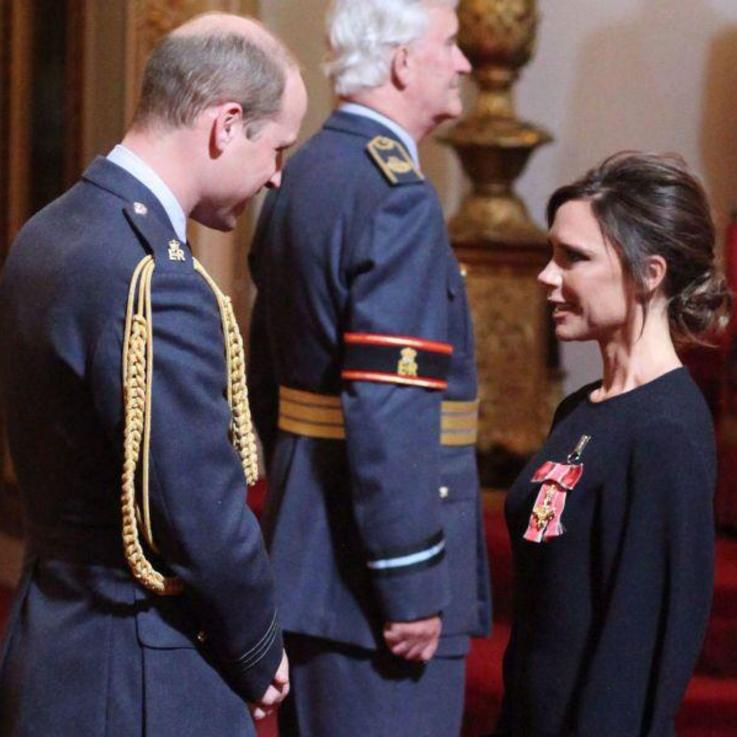 Victoria Beckham تتلقّى وسام OBE التقديري من دوق كامبريدج