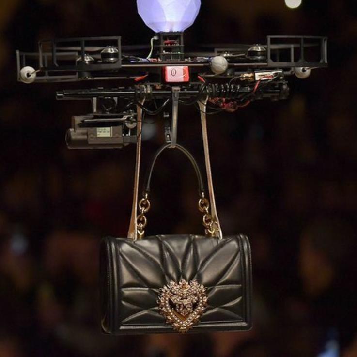 طائرات بلا طيار حلقت فوق منصة عرض أزياء علامة دولتشي آند غابانا