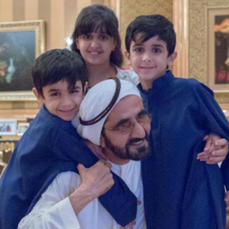 الشيخ محمد بن راشد ينشر صورة له مع أحفاده تذكر بالأجواء العائلية في رمضان