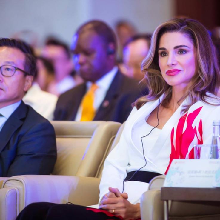 الملكة رانيا تتألق بإطلالة مصمم عربي في الصين