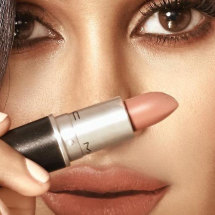 المدونة الكويتية عهود العنيزي تطلق بالتعاون مع MAC أحمر شفاه بلون مثالي للموسم الشتوي