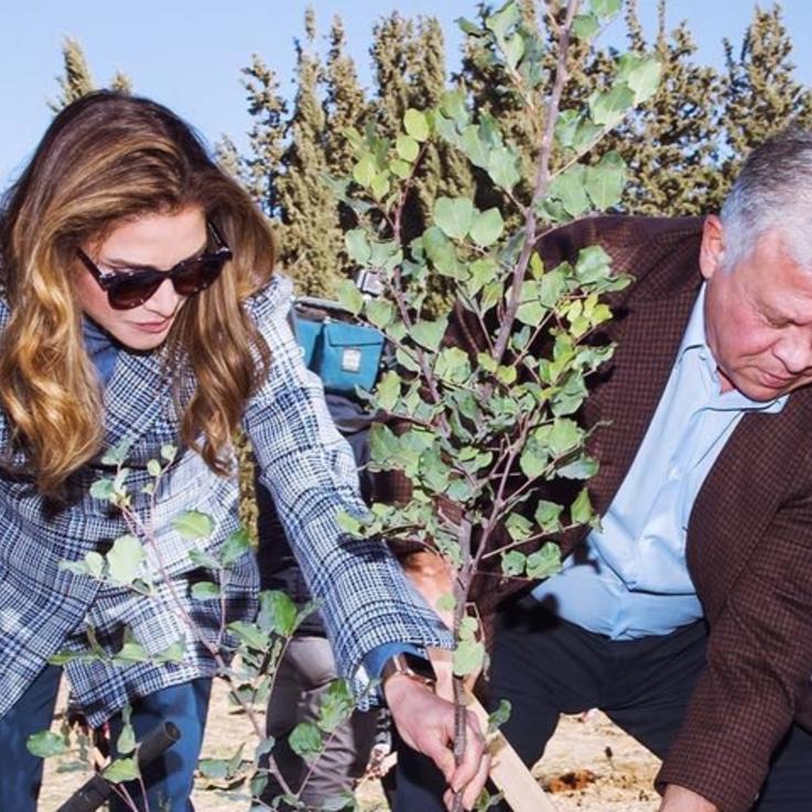 الملكة رانيا تستهلّ أنشطتها الاجتماعية في العام الجديد بأناقتها المعهودة