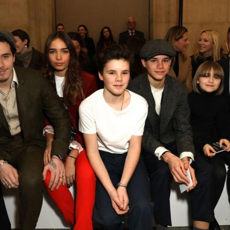 عائلة فيكتوريا بيكهام تحضر في الصف الأمامي لمتابعة عرض أزيائها خلال أسبوع الموضة في لندن