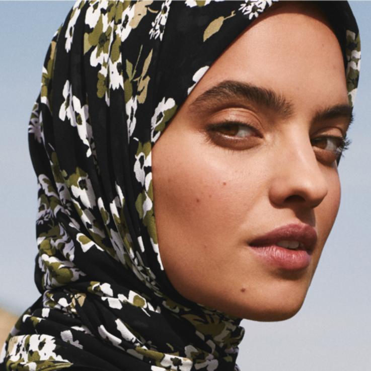 مايكل كورس يطلق أول حجاب من تصميم علامته حصرياً لسيدات الشرق الأوسط