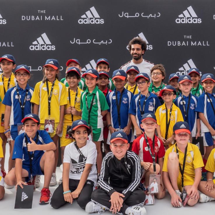 محمد صلاح يشارك الأطفال حصة رياضية لتسديد ضربات الترجيح خلال زيارته لدبي