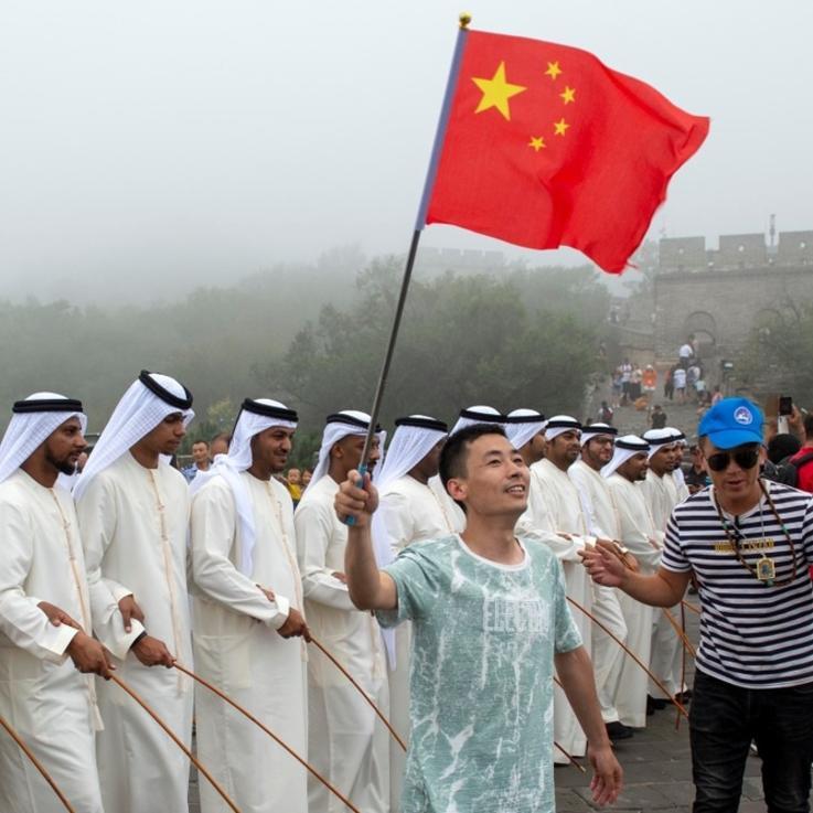 خلال زيارة الشيخ محمد بن زايد  رقصة تراثية إماراتية على صور الصين العظيم