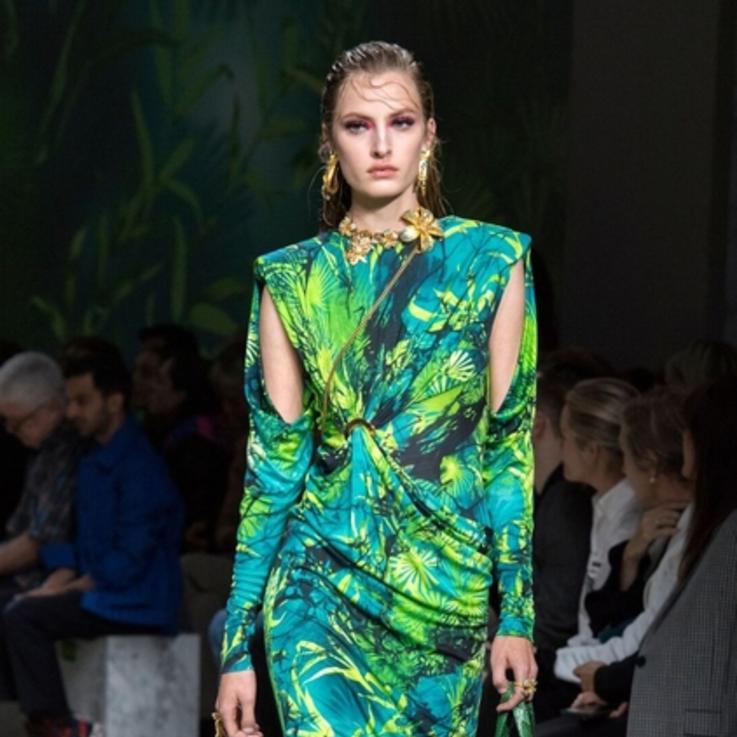 أجمل إطلالات عرض أزياء فيرساتشي لربيع وصيف 2020