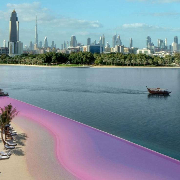 الشاطئ يكتسي حلة وردية في دبي..