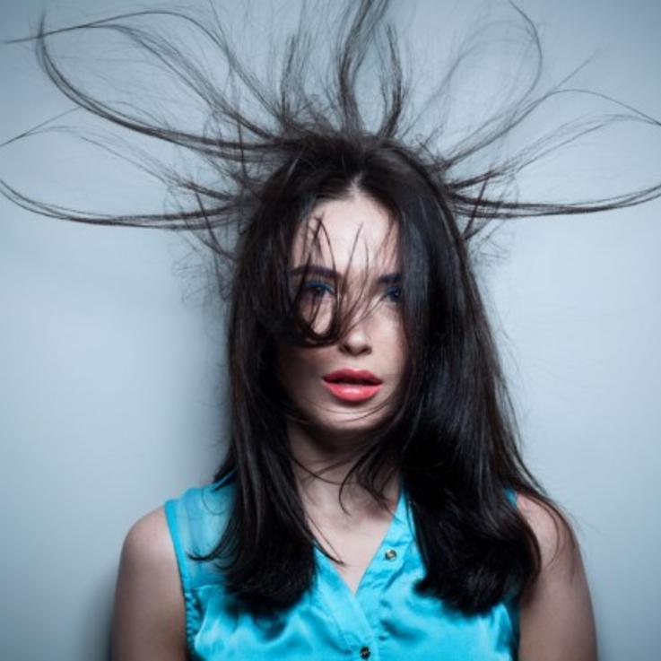 7 طرق لتتخلصي من الكهرباء في شعرك هذا الشتاء