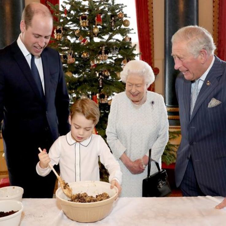 بالصور: العائلة البريطانية المالكة بأجيالها الأربعة.. تعد الحلوى لموسم الأعياد