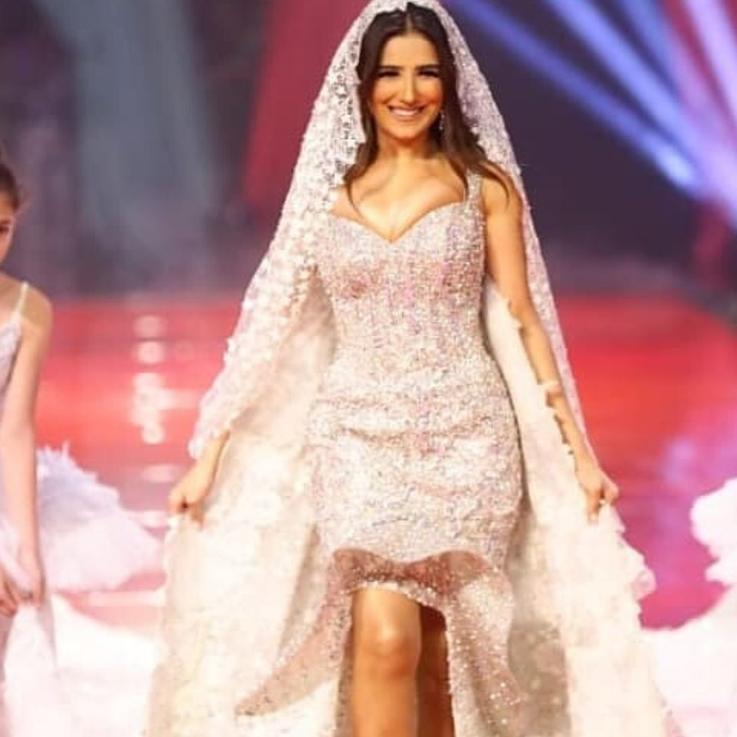 مي عمر تتألق في فستان زفاف مرصع بما قيمته 15 مليون دولار من الألماس..