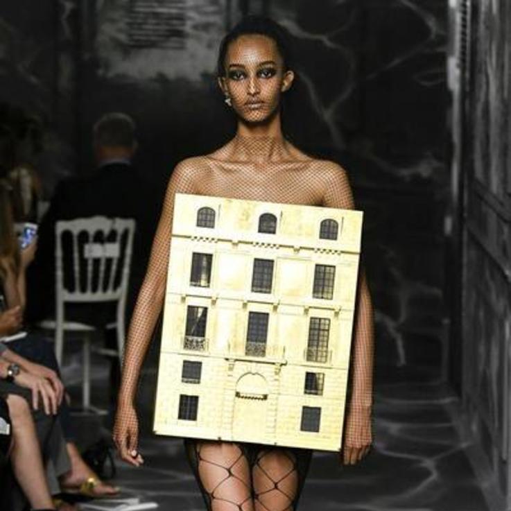 إطلالات أسبوع الموضة الأكثر إثارة للصدمة على مر العصور
