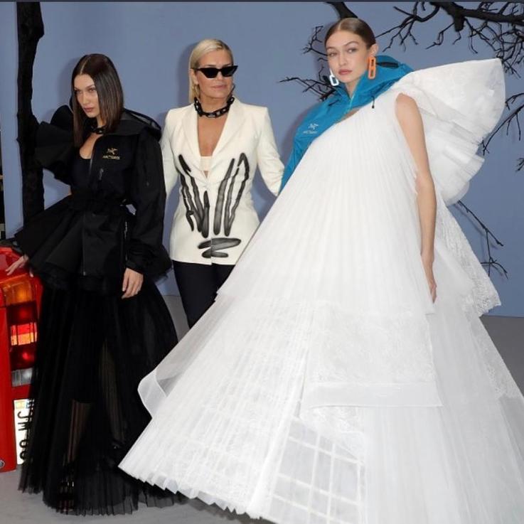 يولندا حديد تنافس بناتها بيلا وجيجي في عرض علامة Off-White