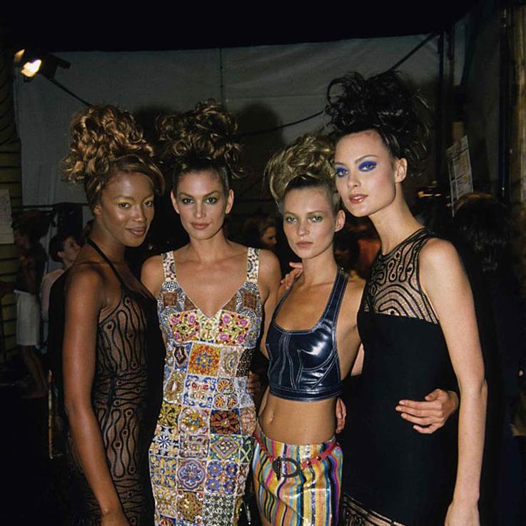 صور من التسعينات لعارضات وراء كواليس عروض الأزياء