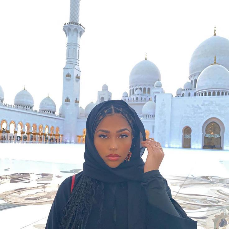 صديقة كايلي جينر ترتدي الحجاب خلال زيارتها لأبوظبي