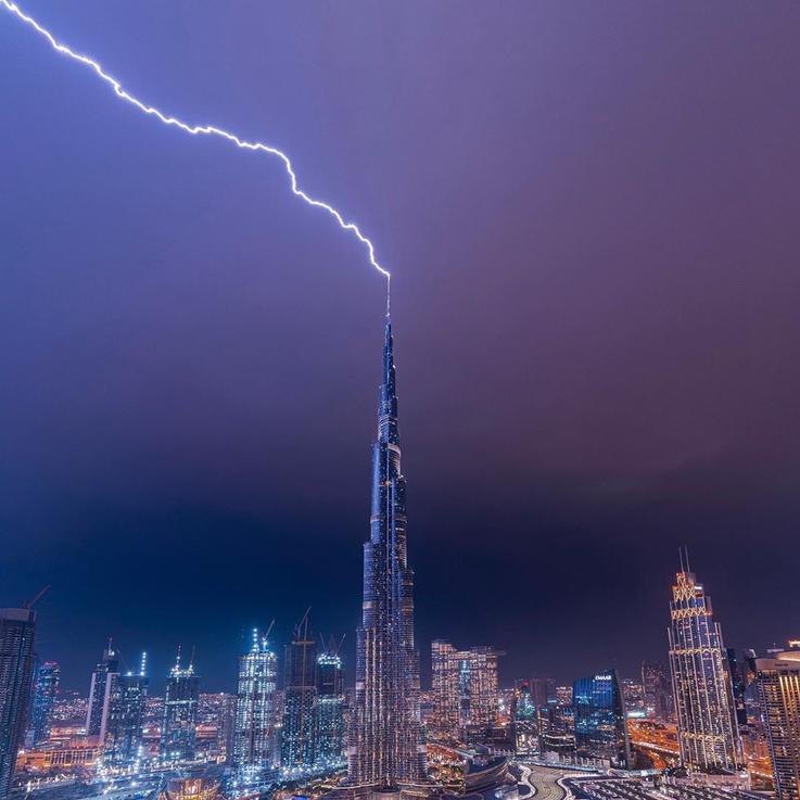 الأمطار الغزيرة تهطل على أنحاء دولة الامارات والعاصفة مستمرة