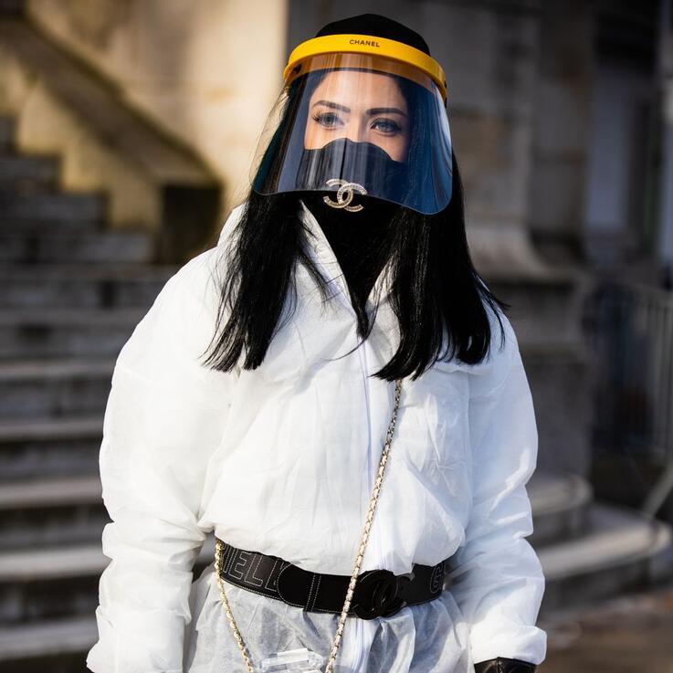 شانيل من الأزياء إلى الكمامات لتلتحق بالركب العالمي في مواجهة كورونا
