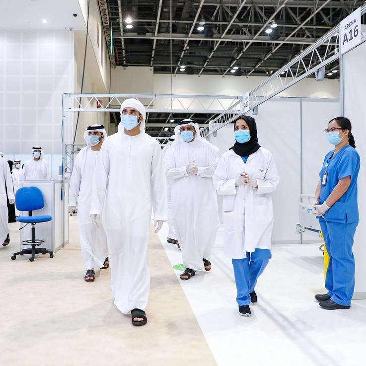 الشيخ حمدان بن محمد بن راشد يرتدي الكمامة متبعاً الأجراءات الوقائية أثناء افتتاحه المستشفى الميداني الجديد
