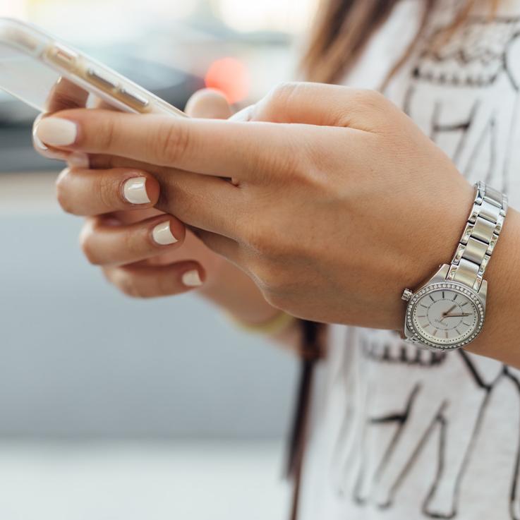 تعلمي الطريقة الصحيحة لتنظيف هاتفك لتتخلصي من الجراثيم