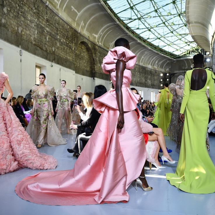 أسبوع الأزياء الراقية في العاصمة الفرنسية إلى العالم الافتراضي