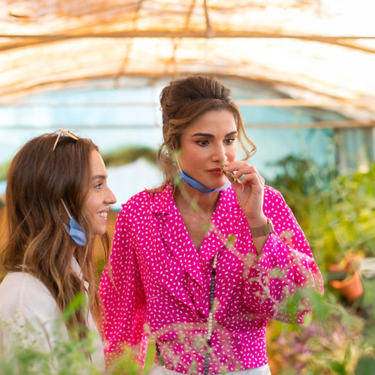 إطلالة الملكة رانيا تزدان بأجمل الألوان المنعشة في موسم ربيع 2020