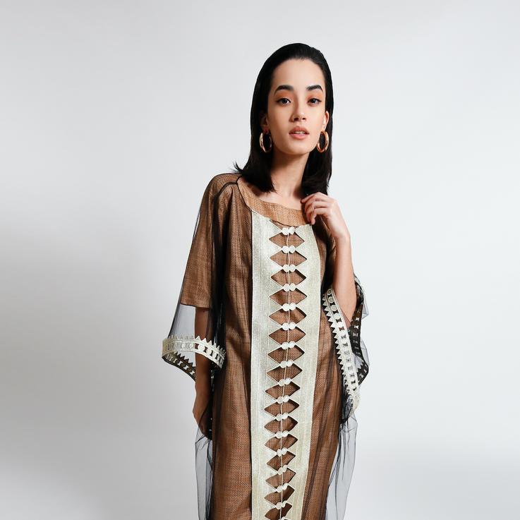 نورة آل الشيخ تقدّم أزياء عصريّة مطعمة بتفاصيل من التراث السعودي