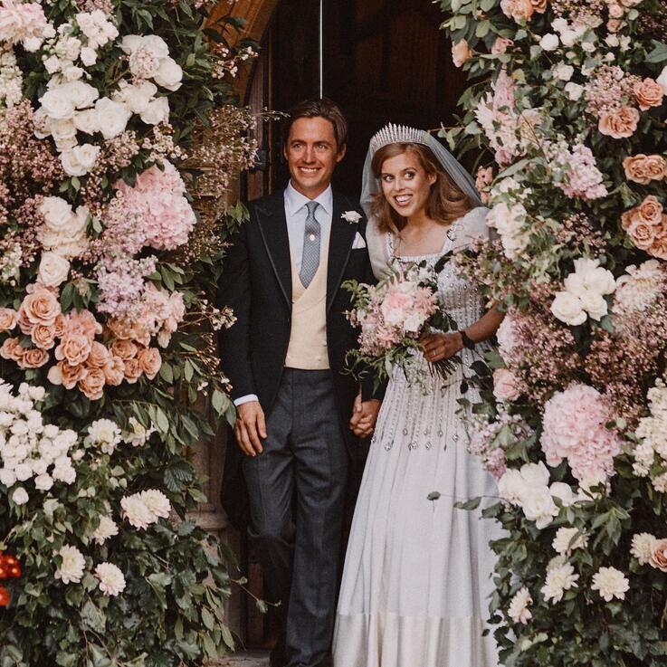 الأميرة بياتريس ترتدي فستان جدتها الملكة إليزابيث في يوم زفافها... إليكم تفاصيل إطلالتها