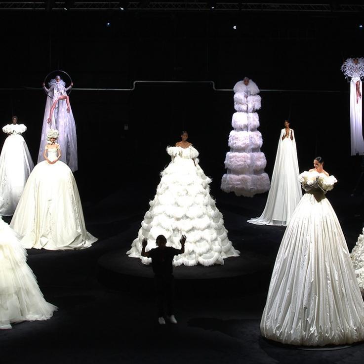 علامة فالنتينو تبث عرضاً استثنائياً للأزياء الرقية بإلهامٍ من السيرك